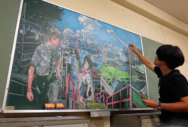 触瞎了!日本学生手绘《你的名字。》黑板画