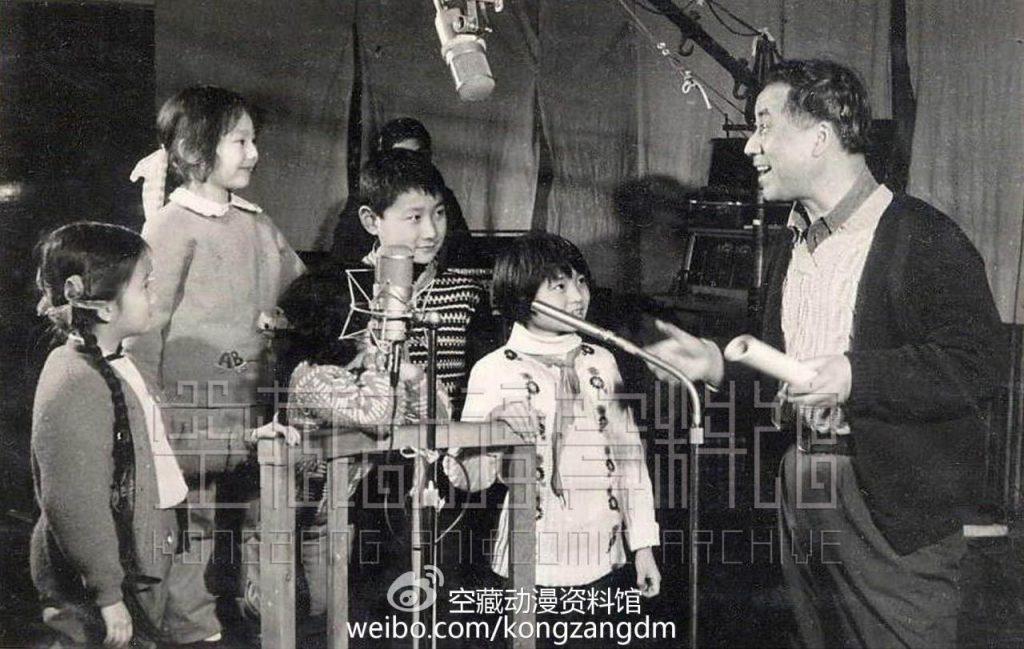 《哪吒闹海》的导演王树忱在为配音小演员说戏(1979年)